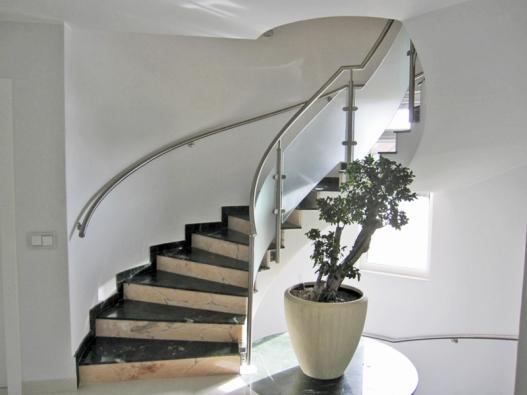 Umělý mramor, nerez a sklo je kombinace, která hned tak nevyjde z módy  (K.M.K. DESIGN).