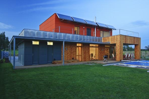 Kombinace zděné adřevěné konstrukce, nafasádách byly použity cembonitové desky amodřínové dřevo.