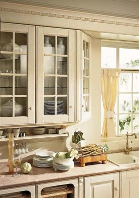 Kuchyň Baltimora, ilustrační foto. Stylizované detaily vrcholí  propracovanou masivní horní římsou, která sjednocuje celou linku azároveň ji opticky snižuje.