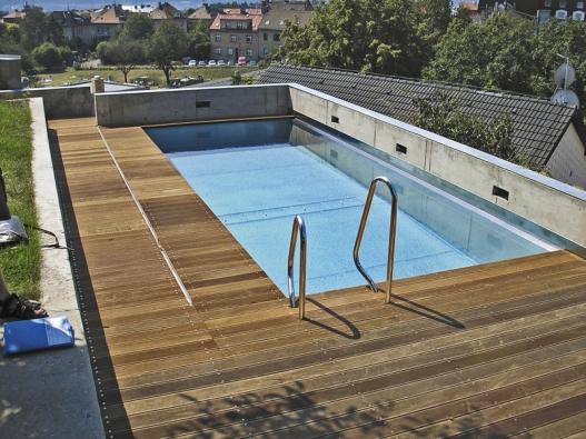 Venkovní nerezový bazén je vždy elegantní, dřevené krycí rošty celek výborně doplňují.