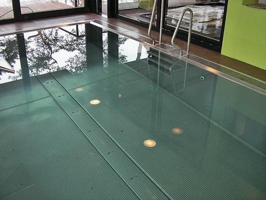 Napuštěný nerezový  bazén s rozvodem vody,  který je instalován  v bazénovém dnu.