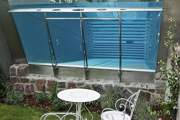 Možnosti nerezu svádí ikexkluzivním řešením, jako třeba průhledné bazénové stěně ze skla.