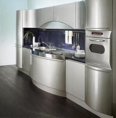 Lakovaný povrch v nerezovém designu má kuchyň Ola (SNAIDERO, design PININFARINA), cena 85 000 až 120 000 Kč za běžný metr (dodává KUCHYŇSKÉ STUDIO ANYX).