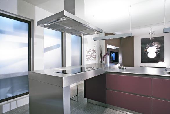 Kuchyň značky SCHÜLLER má pracovní pult znerezové oceli, cena za pult vrozměrech 2,5 x 0,9m činí 130000Kč bez DPH (dodává PF SPRINT).
