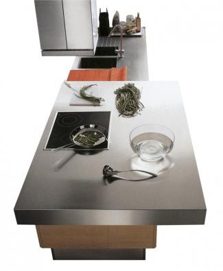 Pracovní deskou opláštěnou nerezem se pyšní kuchyň Zoe. Síla desky může být 8 až 18cm, cena se pohybuje okolo 20000Kč/m2 bez DPH (vyrábí CESAR, dodává CESARE INTERIER).