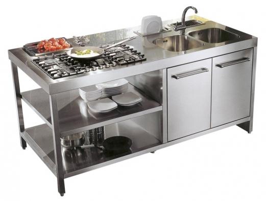 Novinkou výrobce HOME CUCINE je kuchyň Reflexa, jejíž součástí je pracovní ostrůvek znerezové oceli, cena zatím nebyla stanovena (dodává ITALIA INTERIOR – DESIGN).