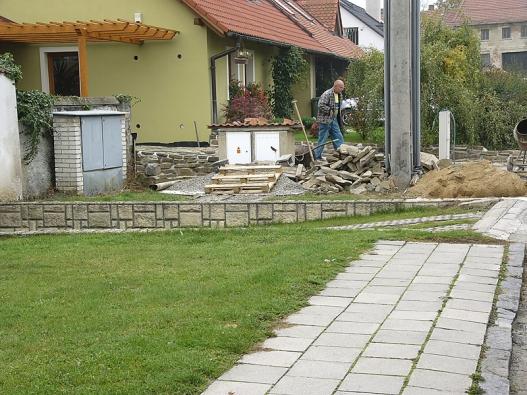 Když je materiál (kameny, štěrk apísek) při ruce, tak jde budování příjezdu snadno arychle.