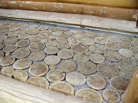 Dřevěná dlažba zkulatin se ukládá do štěrkového lože anabízí jednu zmožností, jak ozvláštnit bezprostřední okolí domu (OK PYRUS).