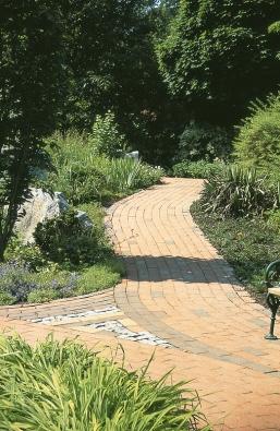 Zakřivené komunikace jsou vhodnější do členitějších zahrad větších rozměrů, kdežto linie přímé lépe vyniknou na menších pozemcích.