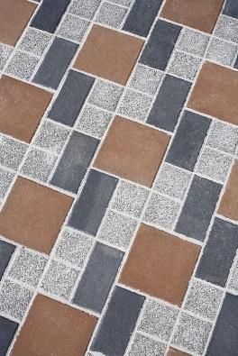 Betonová dlažba je cenově příznivá amá velkou přednost – při výrobě se totiž dá snadno barvit, čímž se její využití velmi zatraktivňuje (BEST).