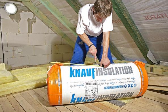 Dřevěné prvky krovu mohou vést teplo několikrát rychleji asnadněji než aplikovaná tepelná izolace, což vede ke vzniku tepelných mostů.