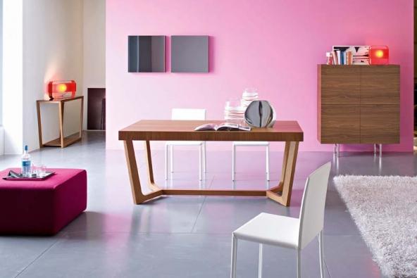 Jídelní stůl Prince (Calligaris), materiál dřevo ořech nebo wengé, cena od 26 144 Kč, jídelní židle Quadra (Calligaris), celokožené provedení, cena 9 664 Kč, CORRECT INTERIOR.