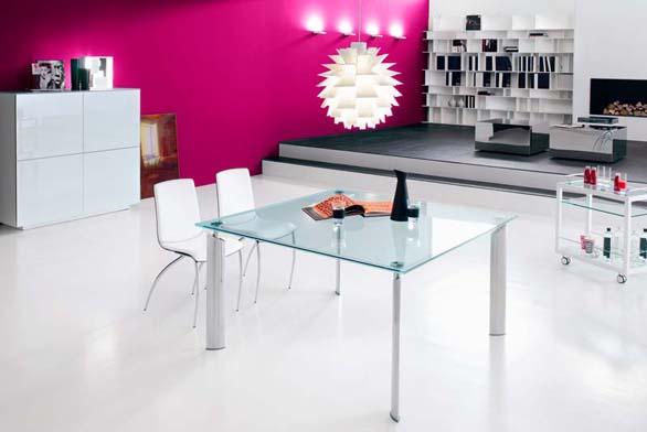 Jídelní stůl Just a servírovací stolek Profil Bar (Catellan Italia), nohy vyrobeny z chromovaného kovu, deska z kombinace čirého a pískovaného skla, cena jídelního stolu od 57 625 Kč, cena servírovacího stolku od 45 490 Kč, židle July (Catellan Italia), konstrukce z chromovaného kovu, čalounění kůže, cena od 14 050 Kč, INDESIGN.