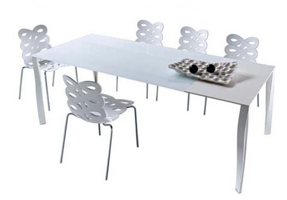 Jídelní stůl Diapason (design Gino Carollo, Ciacci), možnost výběru pevné nebo rozkládací desky, podnož lakované aluminium, deska z bezpečnostního skla, cena od 35 500 Kč, židle Diva (design Gino Carollo, Ciacci), stohovatelná, možnost výběru podnože, hliník nebo chrom, sedák z polykarbonátu, cena od 6 500 Kč, CPM PRAGUE.