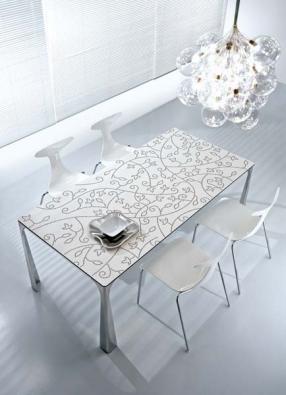 Rozkládací jídelní stůl z kolekce Miss (design Roberto Semprini, Ciacci), podnož lakované nebo leštěné aluminium, deska stolu laminát, cena od 58 500 Kč, CPM PRAGUE.