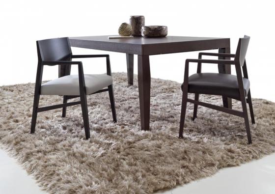 Rozkládací stůl Tribeca, rozměr 180/280 x 105 x 75 cm, materiál dřevo, cena 75 130 Kč, židle Brera, čalouněná kůží, cena 11 520 Kč, NATUZZI.