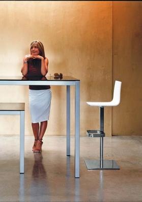 Výškově nastavitelná židle Milano (Biebi), čtvercová základna z chromu, sedák s opěrátkem ze dřeva, cena od 12 800 Kč, DISEMO.