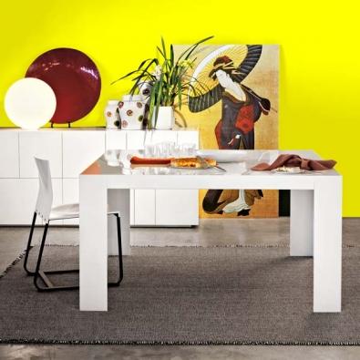 Rozkládací jídelní stůl Dueci (design Ludovica a Roberto Palombovi, Lema) materiál dub, rozměr 160 x 90 x 73 cm, cena 60 420 Kč, jídelní židle Set (design Piero Lissoni, Lema), rozměr 45 x 48 x 80 cm, materiál dub, cena 8 580 Kč, EXX.