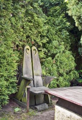 """Dřevěný bytelný """"trůn"""" pana Josefa je nyní místem rozjímání manželky Marie."""
