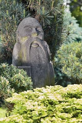 Konfucius, strážce zahrady, bdí nad jejími krásami ve dne vnoci.