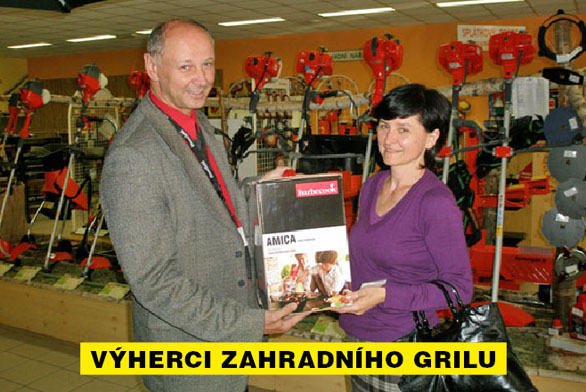 Třetí cenu - Gril Amica - v soutěži o tři zahradní grily předal výherkyni Michaele Menzlové oblastní manažer prodeje společnosti Mountfield pan Jiří Hendrych.