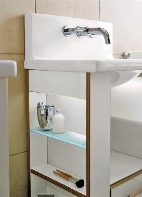 Podstavec na umyvadlo je vybavený zásuvkou a postranními policemi.