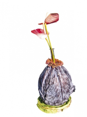 Neméně zajímavou je idekorace zhlávky červeného zelí, tentokrát vroli vázy. Ta bude dobře stát díky stočenému listu.