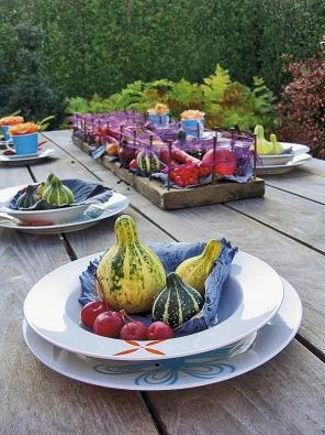 Než přichystá gril opravdové dobroty, nasytí oči návštěvy talíře vyzdobené podzimními plody.