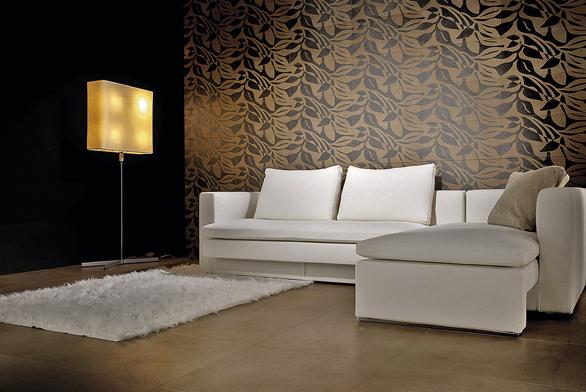Decentní obklad na stěně obývacího pokoje se svým dekorem inspiroval látkovými tapetami (Ikera).