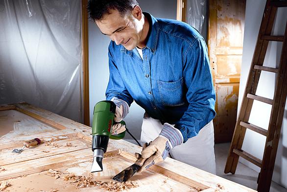 Kdržení vystačí jedna ruka, druhá může při opalování nátěrů pracovat se škrabkou.