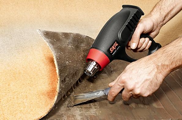 Odlepování kovralu horkovzdušnou pistolí Skil vyžaduje nastavení teploty na 400°C.