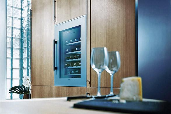 """Nemůžeme-li pro uskladnění vína vyhradit celou místnost, je možno pod názvem """"vinotéka"""" zakoupit termoregulační box."""