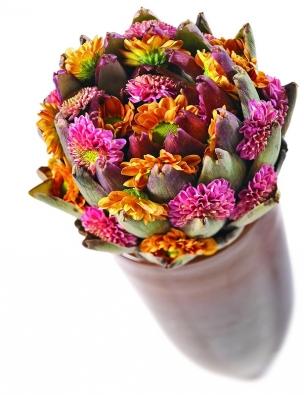 Zvláštní nápadné aranžmá – je to recese, nebo dílo zamilovaného zelináře? Tento originální kus vytvoříte tak, že přilepíte různobarevné květy chryzantém mezi listy artyčoku. Když budete trpěliví, artyčok vykvete také.