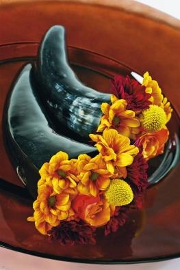 Vyrobte si snadno moderní zátiší srohem hojnosti – malé růžky naplňte floristickou hmotou azapíchejte do ní chryzantémy, kraspédie arůže. Celek dotváří zajímavý talíř nebo podnos.