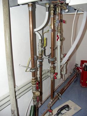 """Vodovodní potrubí irozvody užitkové vody (topný systém) mohou být vtechnických místnostech """"přiznané"""", na povrchu, alternativou je jejich skrytí za sádrokartonovou předstěnou."""