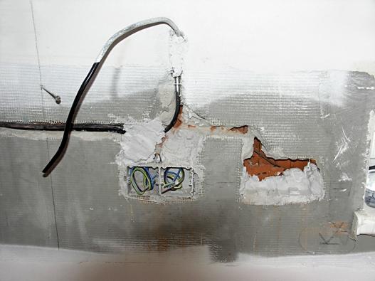 Elektrorozvody zpravidla zmizí pod omítkou. Přesto je třeba pečlivě sledovat, kudy kabely adráty skutečně vedou ajaká je mezi nimi souvislost.