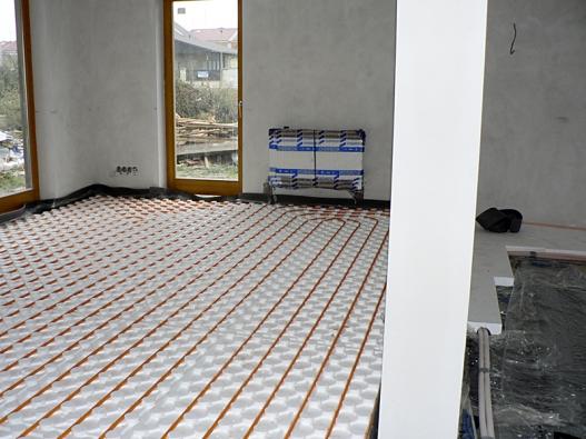 Teplovodní podlahové topení má kromě mnoha jiných výhod ještě jedno plus – montáž rozvodů představuje snadnou ačistou práci akonečný výsledek zamaskuje podlahová krytina.