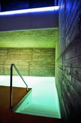 Přístavba a rekonstrukce bazénu se designem ivybranými materiály přizpůsobuje původnímu domu (ateliér Manua).