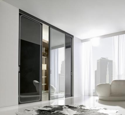 Posuvný dveřní komplet, model Reflex (Ghizzi & Benatti), rozměr  290 x 270cm, konstrukce masivní dřevo, materiál křídel černý lakovaný jasan, černé astříbrné sklo,  cena 87250Kč (SF ARNOLD).