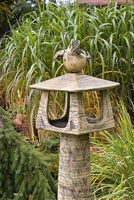 Keramická budka ujezírka jako stylový doplněk zelených travin láká nejen ptactvo vymodelované zhlíny.