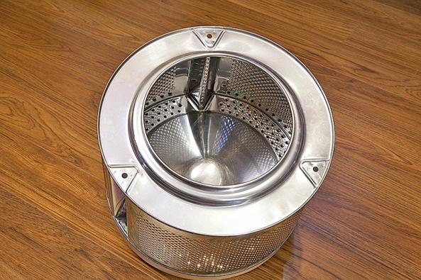 Recyklací starého bubnu pračky vytvořila designérka nápaditý odkládací stolek.