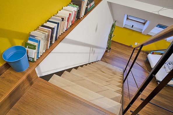 Podél schodiště anad ním vznikla galerie fotek amalá knihovna.