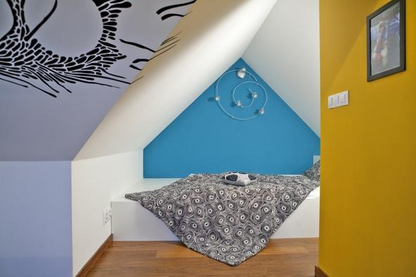 Jednoujasně vymezenou funkční zónou je prostorná postel na míru.