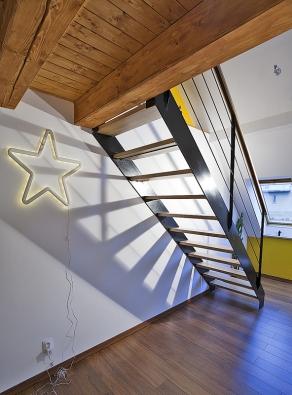 Samonosné schodiště vloftovém designu představuje významný stavební prvek celého prostoru.