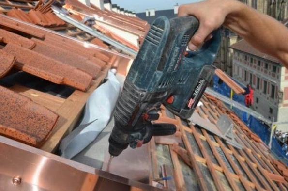 7) Detail práce klempíře při oplechování vikýře