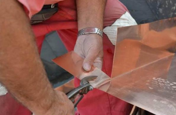 8) Detail úpravy měděného plechu při oplechování vikýře.