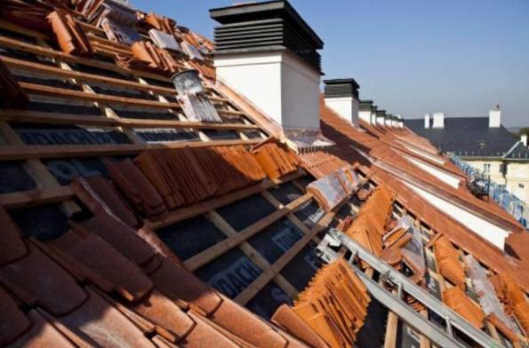 9) Pohled na rozpracovanou střechu s nakoníčkovanou prejzou.