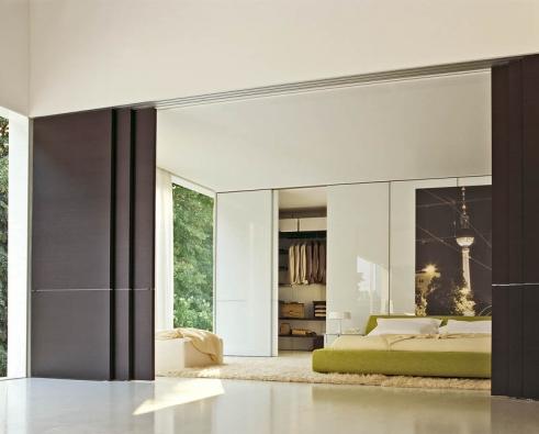 Postel Clip (design Patricia Urquiola, Molteni), různé barevné imateriálové provedení, cena od 99000Kč, posuvné dveře Glide (design Rodolfo Dordoni, Molteni), různé barvy imateriály,  cena od 149000Kč (NOBIS STUDIO).