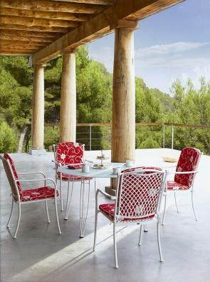 Židle Voluta (ROYAL GARDEN) jsou zhliníku spovrchovou úpravou (také vkovově šedé barvě). Cena křesla 5990Kč (KETTLER).