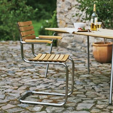 Židle S40 F spodručkami má kostru znerezové oceli adřevěné lišty ztropické pařené dřeviny iroko, která je pevná, tvrdá avýjimečně odolná proti vlivům počasí. Abyste ji měli stále hezkou, stačí ji přetřít olejem nebo voskem. Cena 18212Kč (KŘESLA-ŽIDLE).